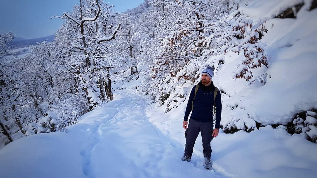 #Repost @serpicomc • • • • • • Hola 2021, empiezas fuerte.  #feliz2021 #newyearseve #añonuevo #1deenero #nieve #snowtrail #letitsnow #white #hiking  #hikingadventures #countrylife #northernspain #cantabria
