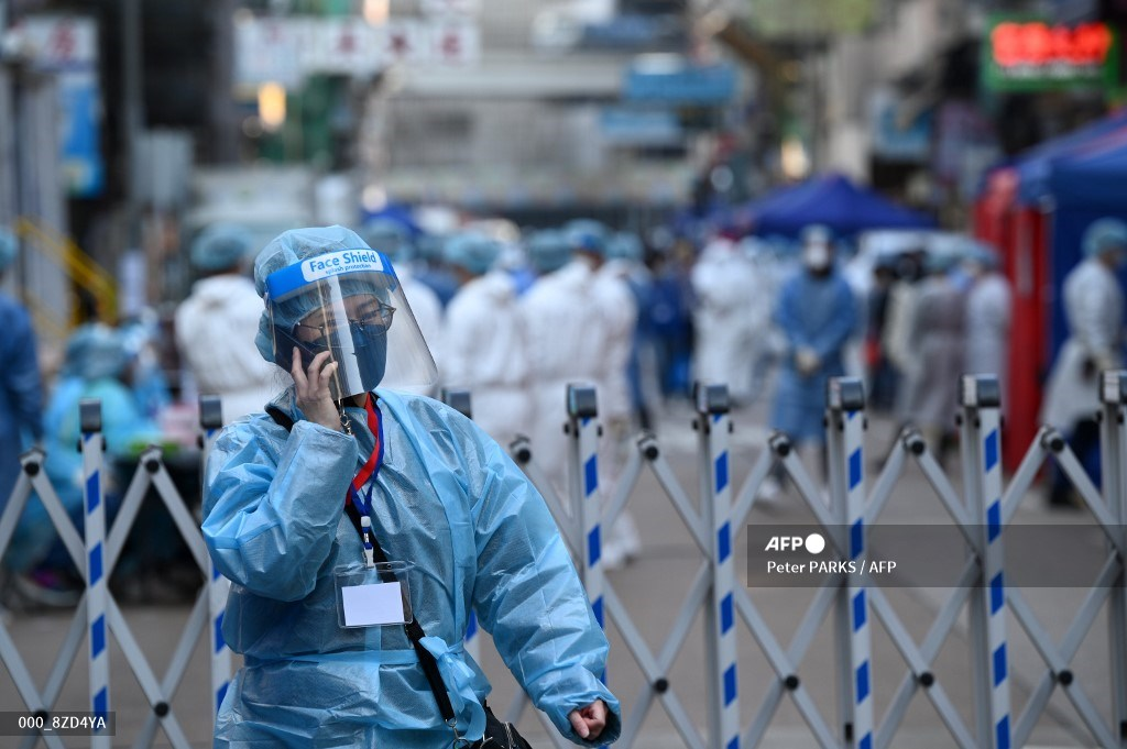 #China - Hong Kong orders thousands to stay home in two-day virus lockdown. #AFP 📸 Peter Parks u.afp.com/UwDh