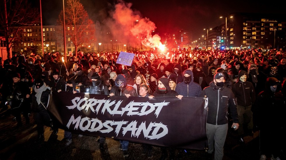 Anti-lockdown protesters in Denmark burn effigy of PM, brawl with police   VIDEOS:
