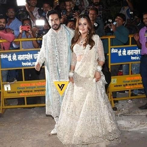 #varundhawan poses with childhood crush and now wife Natasha 😍in front of live media #varunkishaadi