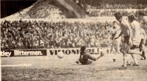 ...it wasn't to be. Oh for big games under the bright lights at #EllandRoad, Ray Hankin puts Leeds two up on the night. #lufc 2-2 Southampton, League Cup Semi-Final, 1st Leg. #OnThisDay 1979.