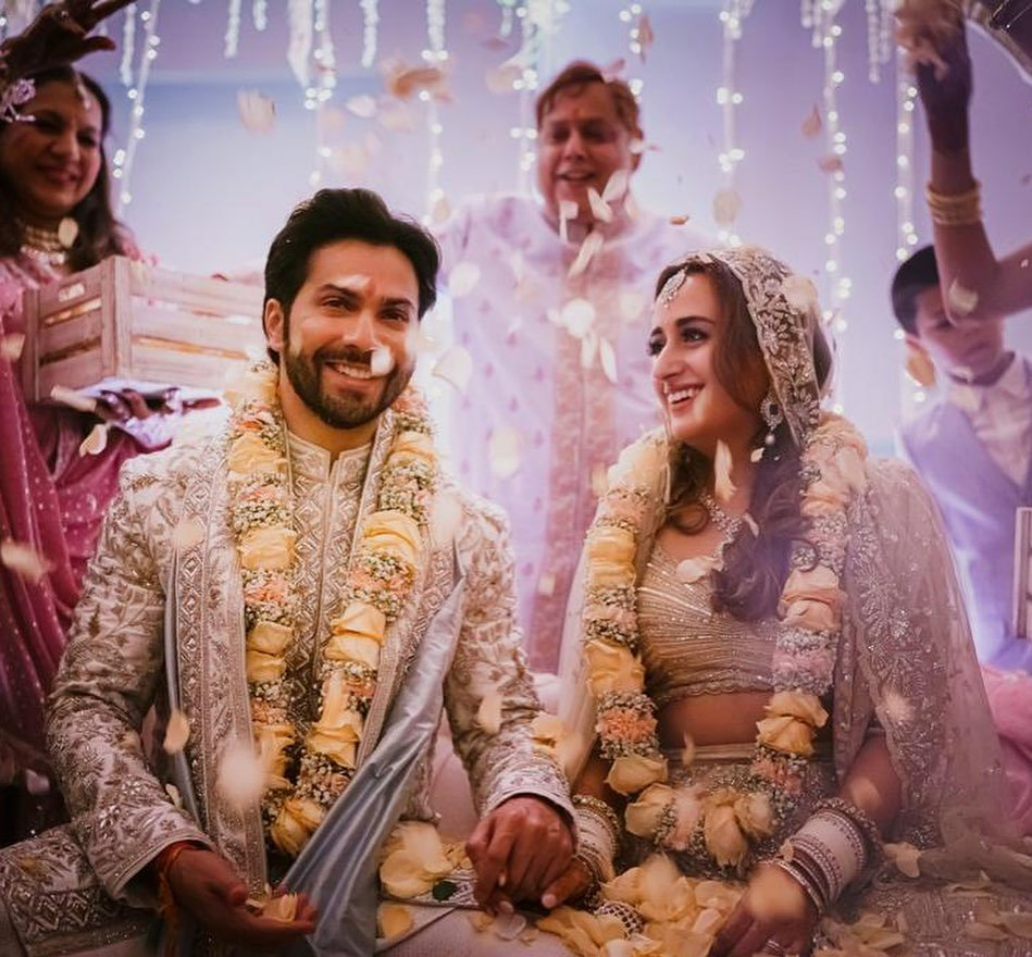 We finally have the news that we'd all been waiting for. Varun Dhawan and Natasha Dalal are officially married. Congratulations to the happy couple!  How gorgeous do they look! #VarunWedsNatasha #VarunNatashaWedding #VarunDhawan https://t.co/yMvep647Ne