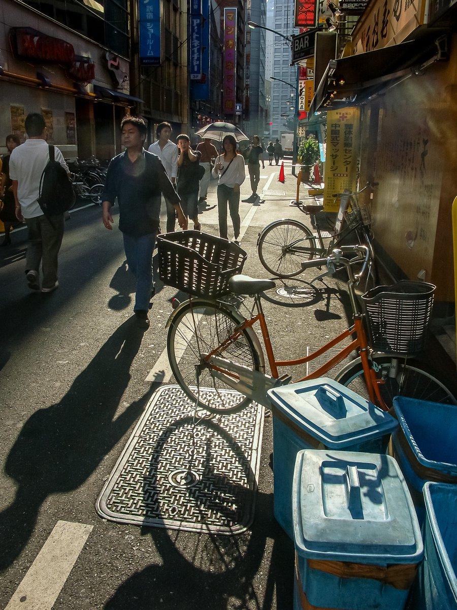 新宿駅西口の西新宿一丁目。国際通りと三番街通り。国際通りの西端にはKDDIビル,三番街通りの北端には新宿郵便局がある(2005年10月2日撮影) https://t.co/rmeMFZpFGC
