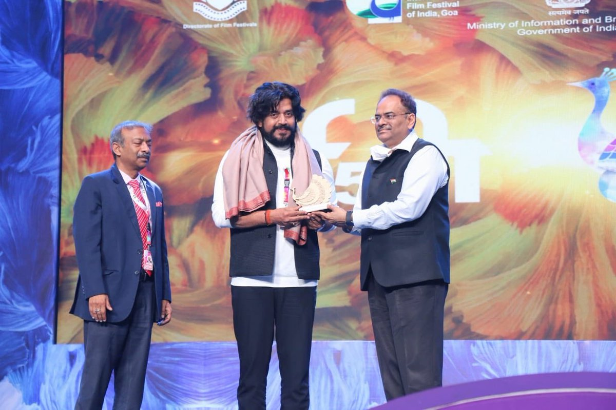 Guest of Honour Shri @ravikishann was felicitated at The Closing Ceremony of #IFFI51.  @satija_amit @Chatty111Prasad @PIB_India @MIB_India