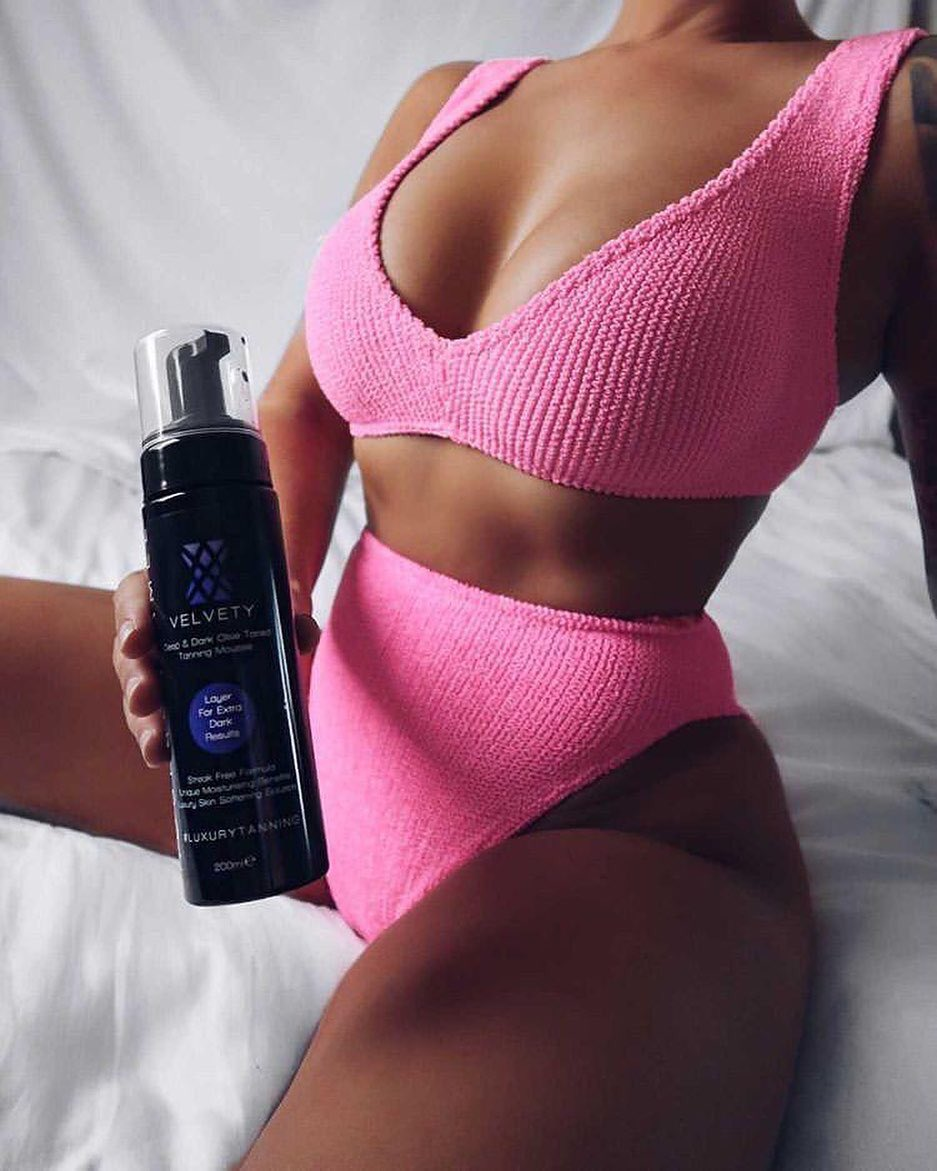 #sundaytanningsesh 🙌  The beaut @mercedeszelahl with her flawless tan ✨ from the holy grail of tanning @roseandcaramel 💋  Shop the range now at  🤍  #tanning #StayAtHome #SelfCareSunday #BeautySecrets #tanned #roseandcaramel