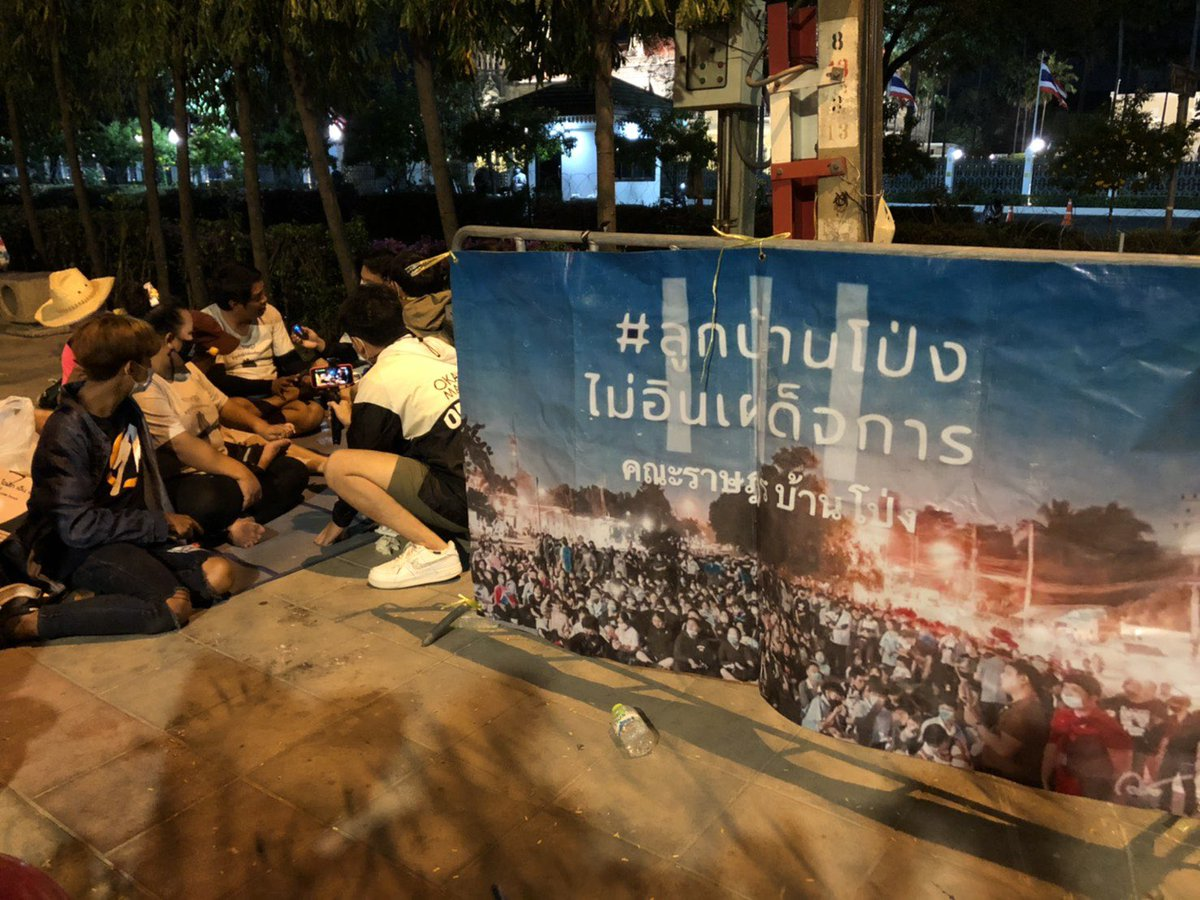 Anti-establishment protesters, from Ratchaburi province, are camping overnight on Rama 5 Road in Bangkok, opposite Government House. They plan to reiterate the Ratsadon group's 3 demands to the government at 10am tomorrow. Police reportedly have no plans to disperse them tonight. https://t.co/GgmG5a4r8C