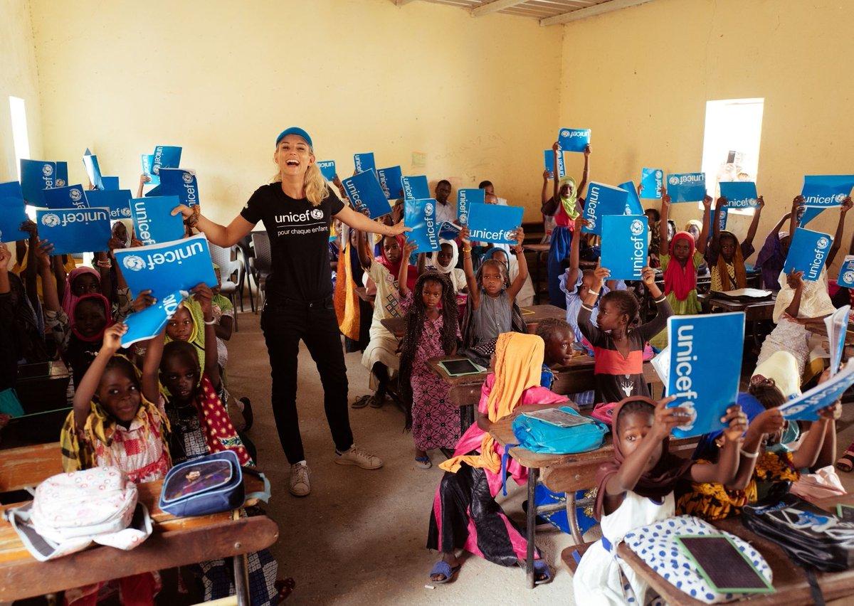 Des millions d'enfants ne disposent pas du matériel scolaire dont ils ont besoin. 📚✏📐  En cette #JournéeDelÉducation, offrez une #HappyBox contenant des cartables, des cahiers ou des crayons à papier 👉   Merci à notre Ambassadrice @Elodiegossuin 💙