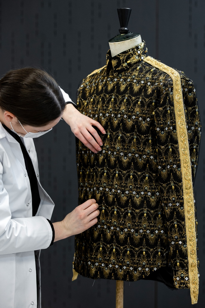 See the #DiorSavoirFaire transformation - courtesy of the petites mains of Maison Vermont - of an archival couture motif into the stunning golden embroidery on a shirt for #DiorWinter21  by Kim Jones in collaboration with Peter Doig.