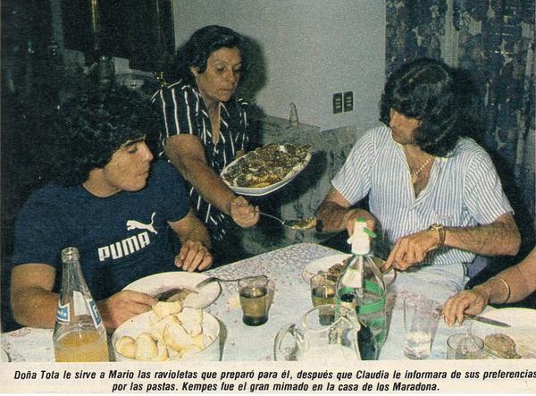 #CARICATURASyFOTOS nº1581  #GraciasDIEGO   Buen provecho!!!! Los ravioles de Doña Tota para Diego y Kempes