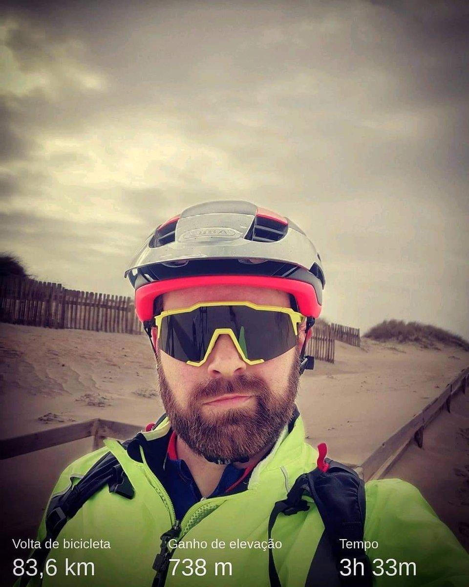 Quando um gajo pensa em ir à praia porque não chove, e é possível que lá estejam umas bifas em triquini, mas afinal não... 😕🚵♂️❄️  #vilaventura #cycling  #landscape #nature #healthylifestyle #roadbike #roadcycling #beach #giant #sportlife