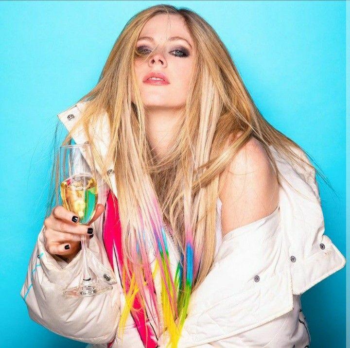 Replying to @wayfarer_mr: Estaremos en 2030, en la vigésimo séptima ola, y yo aún no habré superado a Avril Lavigne.
