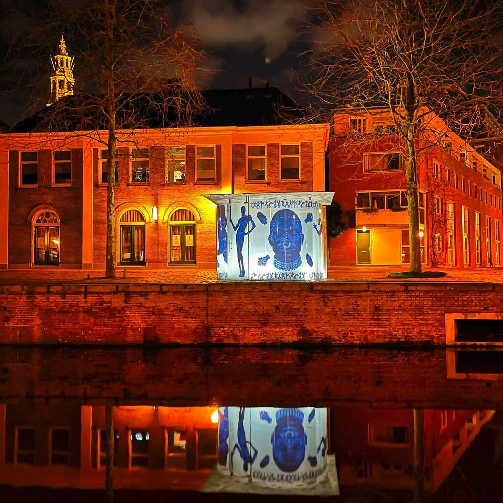 Blijvend mooi kunstwerk van @studioerwinolaf in Groningen #remkoolhaas #erwinolaf #groningen #groningenbynight #groningencity #groningenstad #groningeninbeeld #shotoniphone #shotoniphone12promax #citywalk #stadswandeling #avondwandeling #art