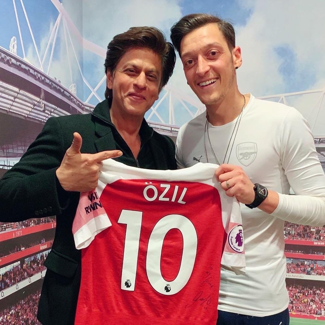 Everyone wanted a glimpse of this magician at the Emirates.   👋 @MesutOzil1088