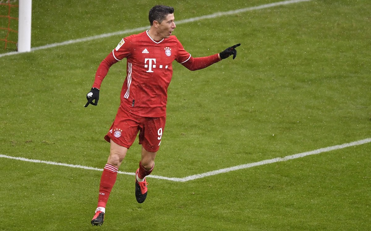 Robert Lewandowski becomes the first player in Bundesliga history to score in eight away games in a row.   What a player. https://t.co/l4ZNWC96iS