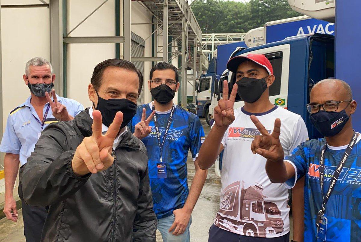 Registro aqui um agradecimento muito especial aos caminhoneiros que transportam a vacina do Butantan. Eles fazem com que a vacina chegue em todo o Estado de São Paulo para salvar vidas dos profissionais da saúde nos 645 municípios.