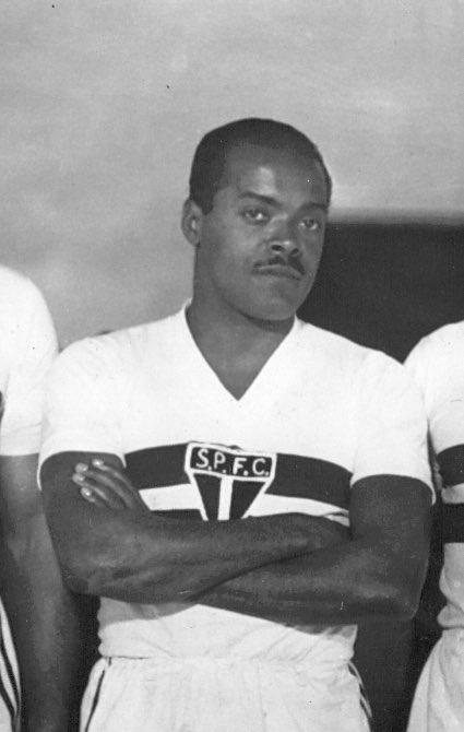 🗓 No dia 24 de janeiro de 2004, em Cotia, faleceu Leônidas da Silva, aos 90 anos de idade.  Ficaram para a posteridade uma trajetória consagrada de cinco títulos estaduais e 144 gols, além de um legado imensurável ao São Paulo Futebol Clube.  Eterno Diamante Negro! 💎🖤