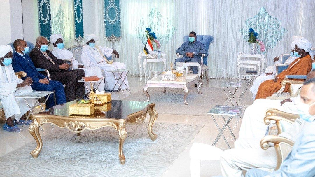 إلتقى النائب الأول لرئيس مجلس السيادة الإنتقالي ، قائد قوات الدعم السريع، الفريق أول محمد حمدان دقلو، اليوم الأحد، وفداً من قبيلة البرقو . @GeneralDagllo  #السودان #قوات_الدعم_السريع #sudan #RSF