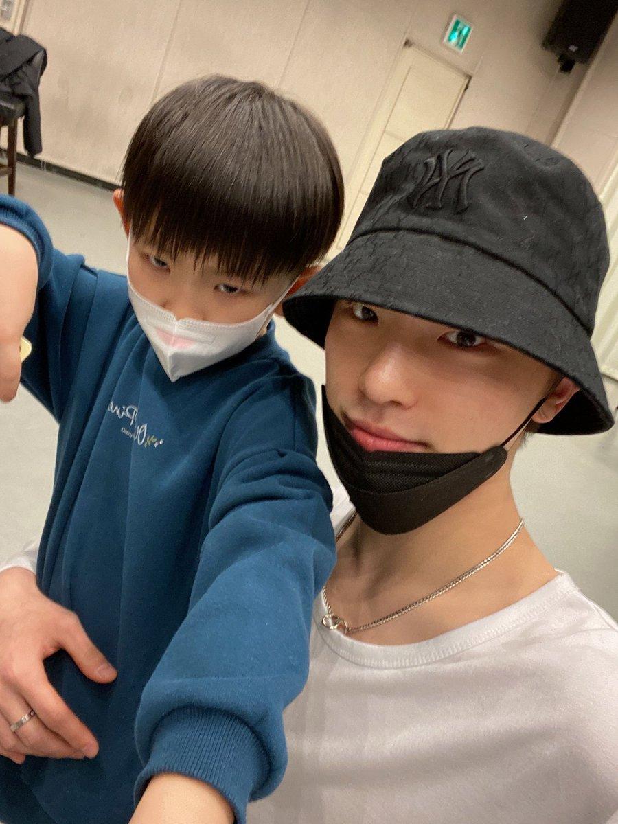 hi child appreciate the face of kpop himself HE'S BESIDE YOU PLS https://t.co/T10l0SV0lG