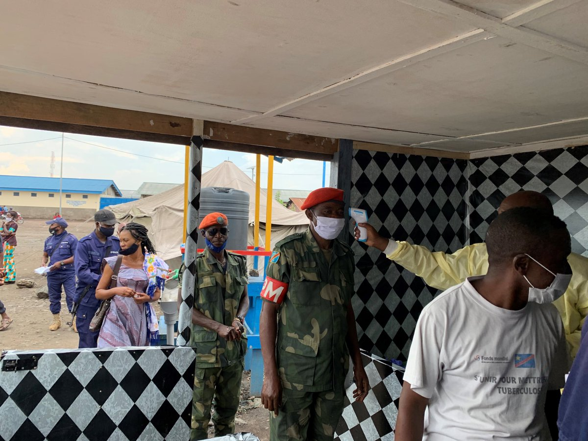 While taking precautionary measures against #COVID19, @MONUSCO organized a capacity-building session on ways to prevent the spread of the virus at the Goma central prison in the D.R. Congo 🇨🇩. #A4P @UN_OROLSI