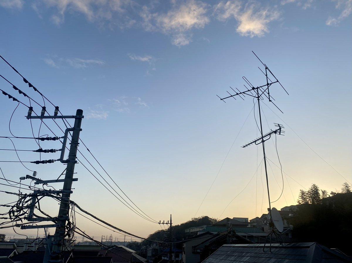 今朝のアンテナ📡  おはようございます なんだか今朝は暖かい気がします ベンチコート無しでごみ捨て行けました 週末の雨から一転とても爽やかな朝です  2021年1月25日 7時05分 気温6.1℃ 湿度89%  #いまそら #朝 #朝焼け #日の出 #sunrise #横浜 #大倉山 #morningsky #morning