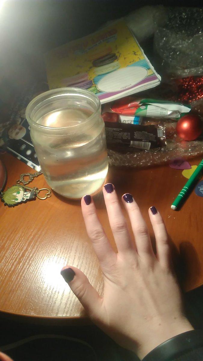 25.01.21                      0:13  не можешь справиться с хуйней - романтизируй. крашу ногти в темно-фиолетовый на захламленном столе под линков. у меня фиолетовые волосы и завтра я пойду в школу в новой футболке с линками. стараюсь не думать о пиздеце  #np linkin park - runaway