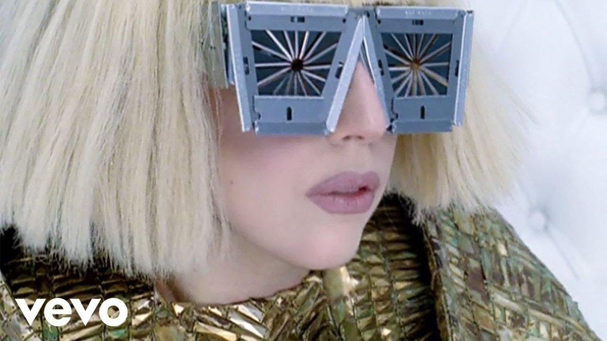 """Responsável por marcar uma geração de gæs, """"Bad Romance"""" atinge 500 milhões de streams no Spotify. A faixa foi o lead single do EP """"The Fame Monster"""" e ganhou dois #GRAMMYs . Já deram stream no hino hoje?"""