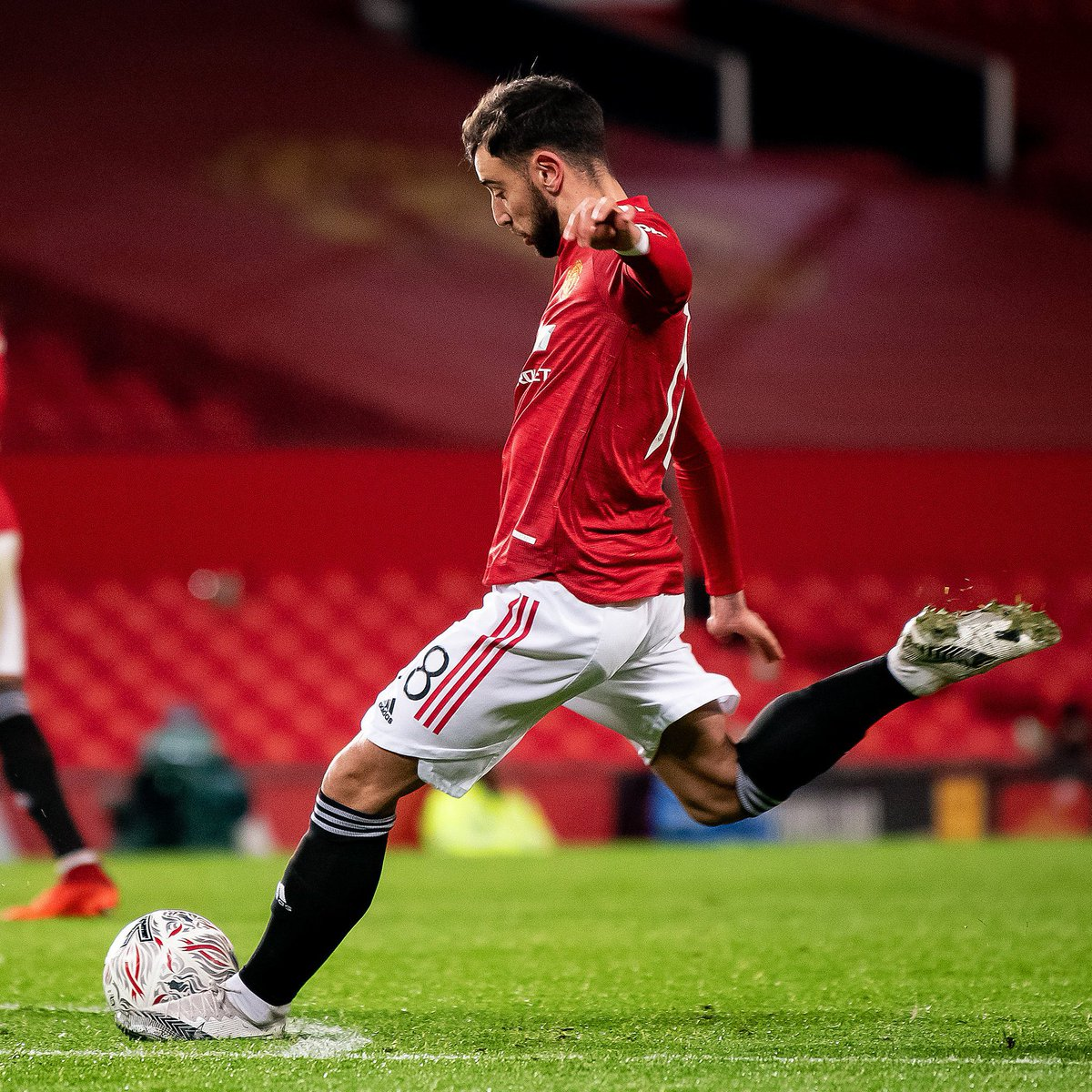"""Solskjær: """"When you leave him [Bruno Fernandes] out like I did today, he stayed about 45 minutes after training yesterday shooting free kicks so I was pretty confident he could score one if he got the chance."""" [BBC] #MUNLIV 🔴#MUFC ⭕MUFC"""