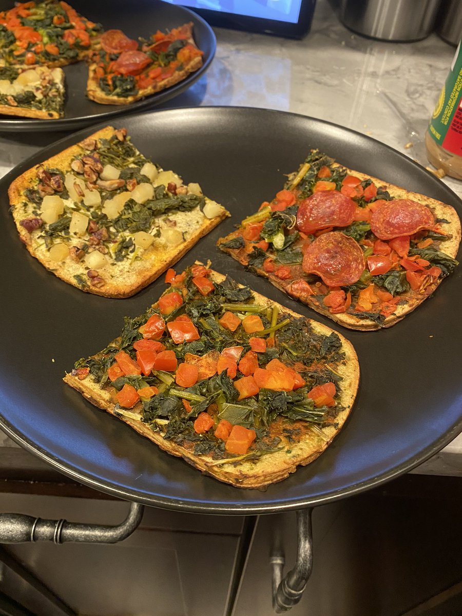 Trying out @DlyHarvest flatbreads for the first time. Added some pepperoni to one because I'm a monster. I was pleasantly surprised - they felt fancy and tasted good :)