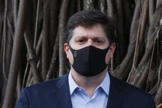 Baleia Rossi diz que vai analisar pedidos de impeachment de Bolsonaro  Candidato à presidência da Câmara disse que faria análise com equilíbrio e questionou se seu oponente, Arthur Lira, engavetaria os pedidos por apoio do Planalto