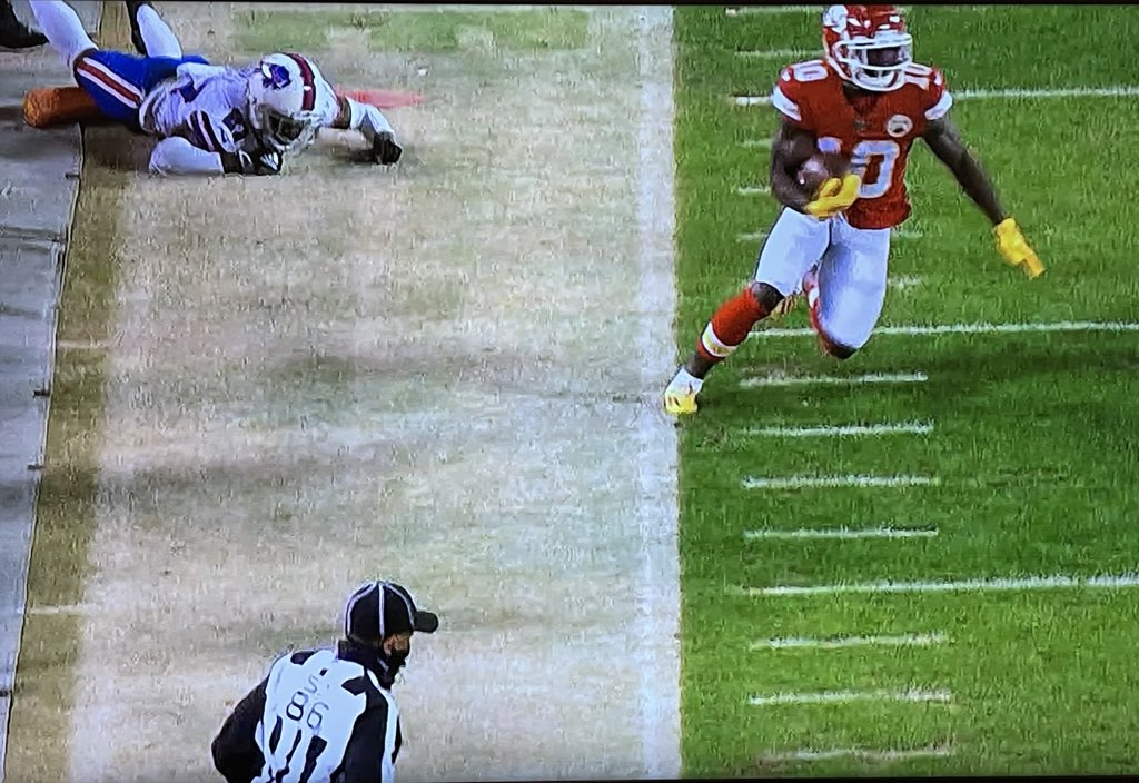 Tyreek Hill steps out of bounds and the ref near him is busy wondering what he's gonna have for dinner after the game while the play continues #BUFvsKC