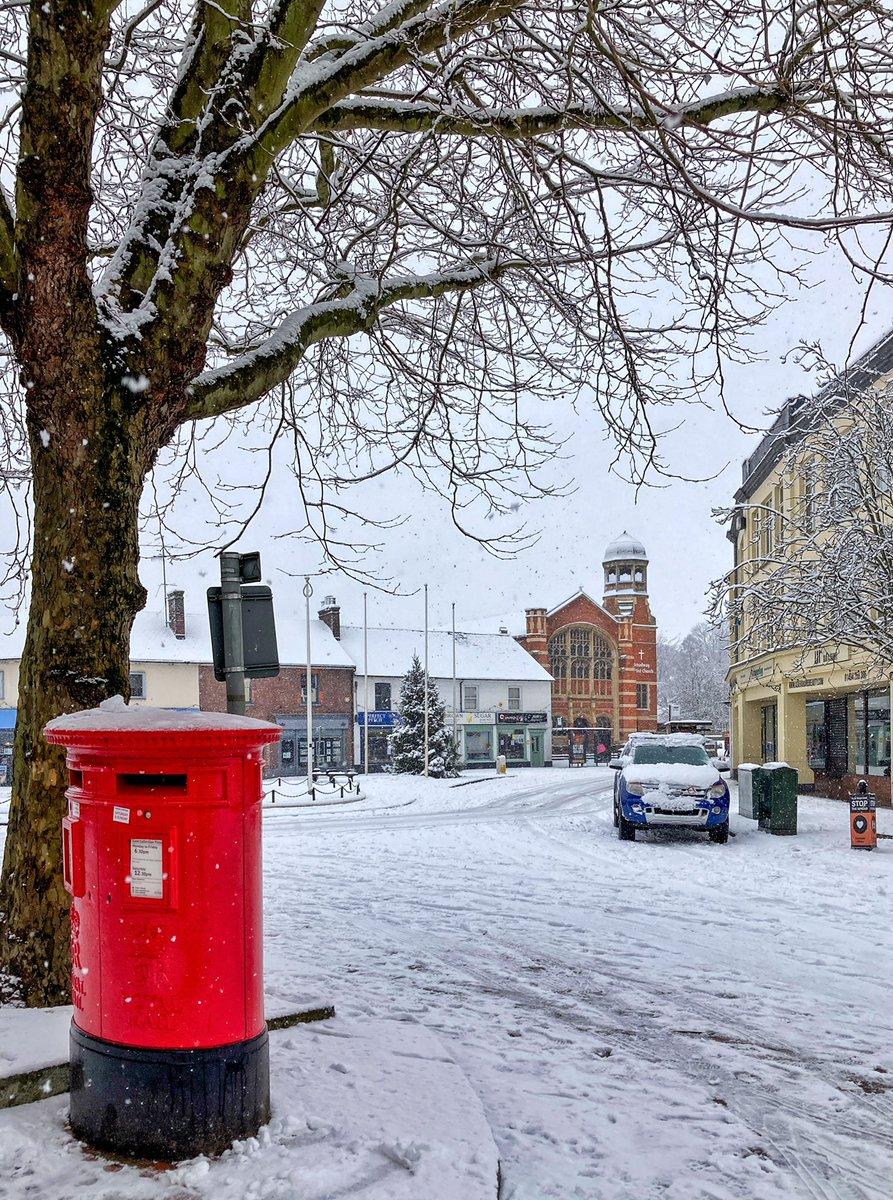 Broadway snow. #chesham #chilterns #buckinghamshire  #towncentre #mailbox #church #cheshambroadway #architecture #postbox #chilternhills #walking #exercise #fitness #fitbit #keepfit #10k #10kaday #winter #snow