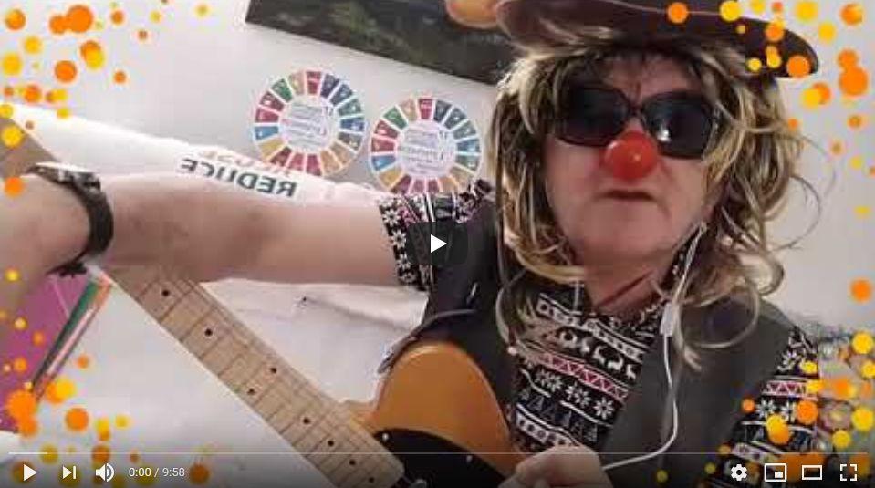 Retrouvez Deedee, le #SDGs Clown depuis Paris, Texas, USA! @DeDe_clown_ODD lui a demandé d'assurer hier #ODD #OhDéjàDimanche  pour marquer la prise de fonction #BidenHarris2020! On parle aussi de @oxfamfrance @learningplanet_ @DeSchutterO @srpoverty ici: