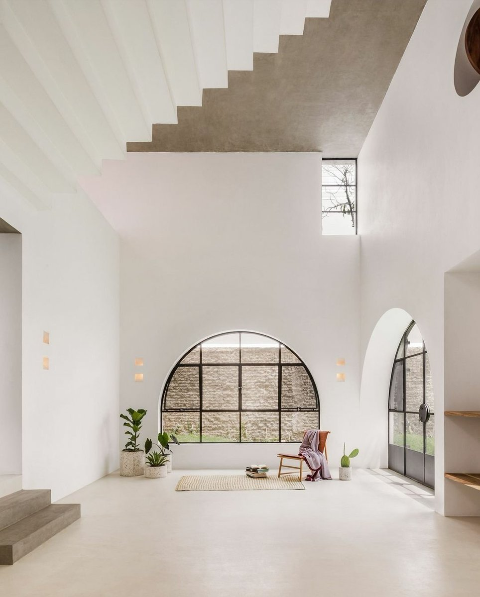 Continuing our yearly review, Deseno has selected the top 10 home interiors of 2020 – including a rustic home in rural France and a multicoloured Tokyo apartment. Casa A690 in Mexico, designed by Delfino Lozano. 📸 by @cesarbejarstudio #interiors #mexicanhouses #bestof2020