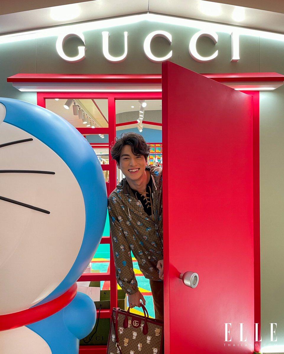 """หนุ่มกลัฟ คณาวฺฒิ @gulfkanawut ในโททัลลุคจาก @gucci คอลเล็กชั่นสุดพิเศษ Doraemon X Gucci ที่มาพร้อมกับตัวการ์ตูนญี่ปุ่นชื่อดัง """"โดราเอมอน"""" ซึ่งรังสรรค์ขึ้นเพื่อเฉลิมฉลองปีฉลู และการครบรอบ 50 ปีของการ์ตูนโดราเอมอน   #DoraemonxGucci #GucciPin #GulfKanawut"""