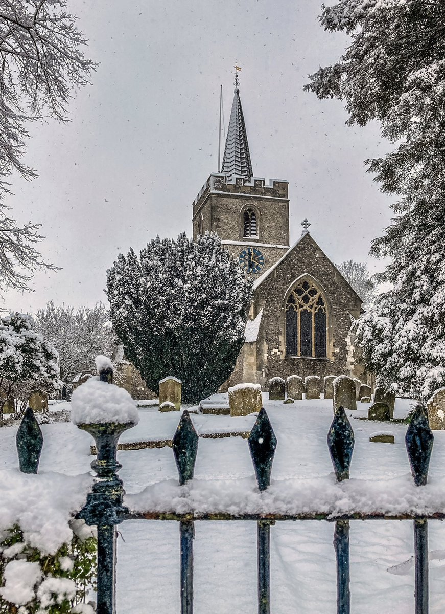 Snowy Sunday. #chesham #chilterns #buckinghamshire  #dog #church #stmaryschurch #parishchurch #dioceseofoxford #cheshamoldtown #architecture #churchstreet #chilternhills #walking #exercise #fitness #fitbit #keepfit #10k #10kaday #winter #snow