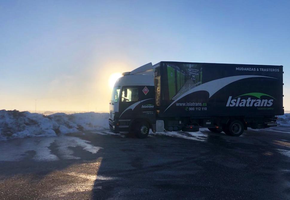 ¡Feliz Lunes!🙌😉 Nos ha encantado esta fotografía 😍 Esta #ruta fue de una mudanza compartida, para que a nuestros clientes le saliera más #económico el servicio fuimos viajando por toda #españa.  #nieve #invierno #mudanza #traslado #islatrans