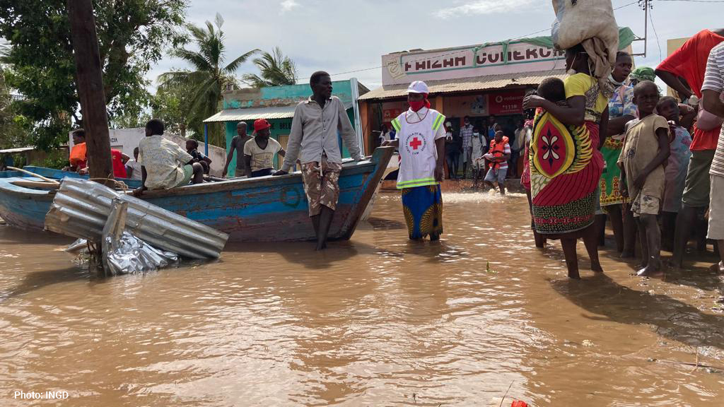 #CycloneEloise🌀 in Mozambique:  6 people died & 12 were injured 8,300 are displaced 8,800 houses destroyed, damaged or flooded 160 classrooms & 26 health centres damaged 142,000 hectares of crops flooded  ⬆176,000 people affected, according to preliminary Government data.