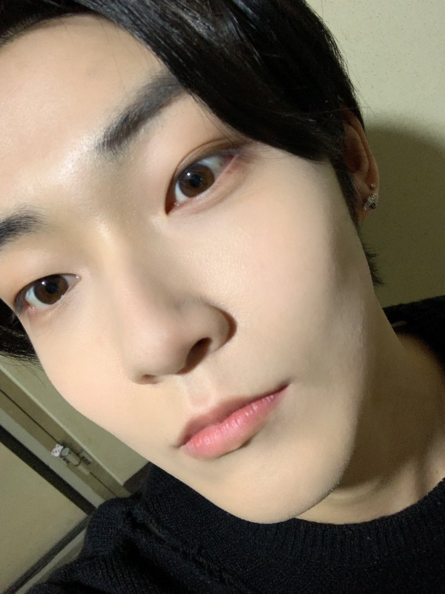 Replying to @WE_THE_BOYZ: [켑] 눈이왜이러쥐 woke up to mismatched eyelids lol por quoi?