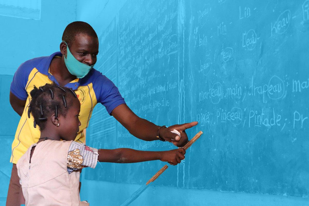 """Pour la Journée Mondiale de l'Education, nous mettons en lumière les """"héros et héroïnes de l'apprentissage"""" qui ont réussi à surmonter les défis imposés par la COVID-19.  Célébrons ensemble celles et ceux qui nous aident à construire un avenir meilleur, #PourChaqueEnfant"""