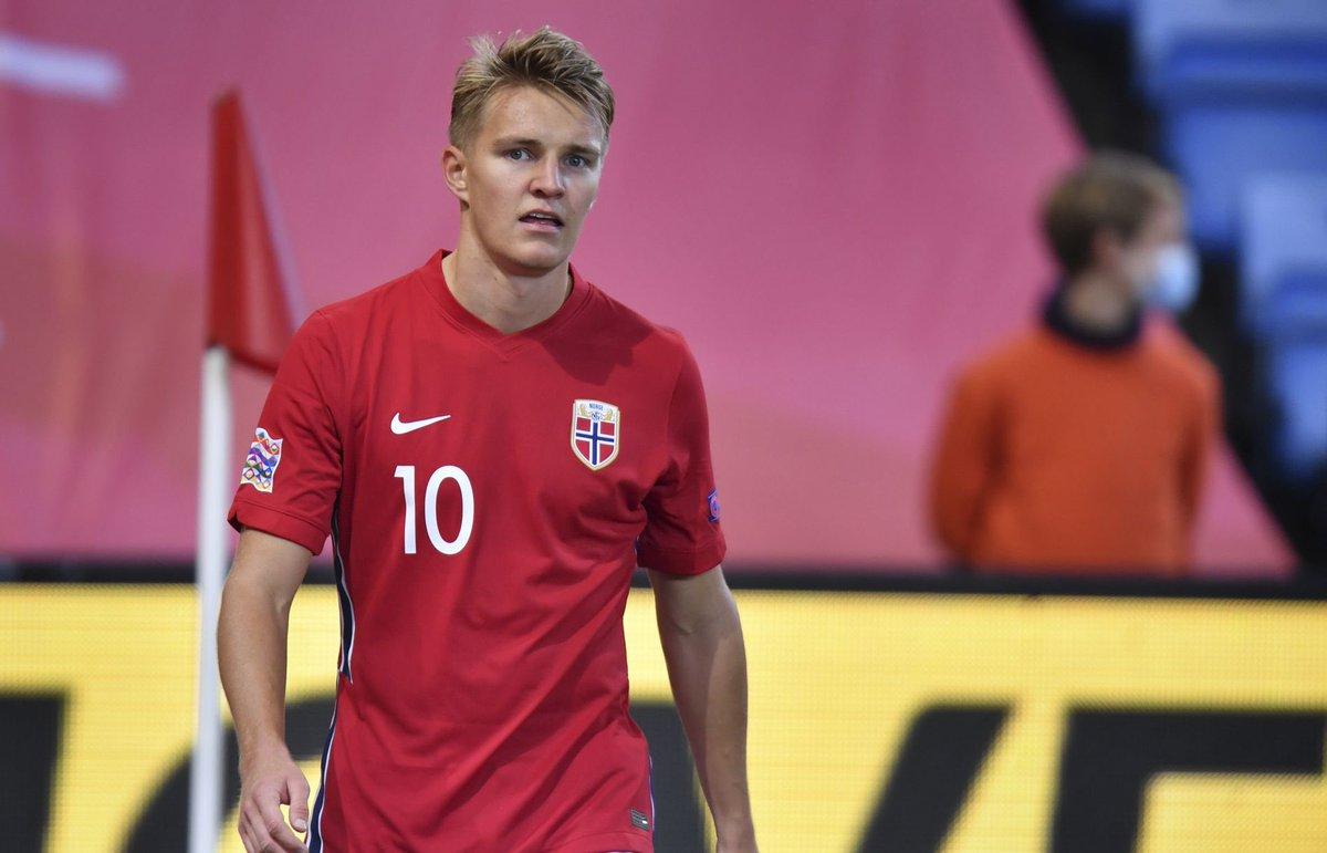 🛫🛬 Martin Ødegaard landet i London søndag kveld, får VG opplyst. Han er på plass i England og reiser til @Arsenal sitt treningsanlegg Colney mandag for medisinsk test og signering.