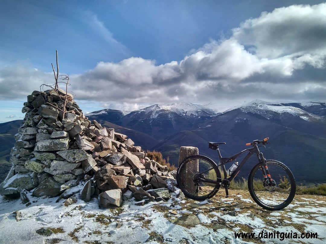 Domingo con la #mtb para soltar piernas y mañana volvemos al esquí de travesía #skimo  La Rioja Turismo #Ezcaray @info_ezcaray #nieve #sierradelademanda #invierno #gozadadevivirenezcaray #naturaleza #bike #guide #ebikes  #senderismo #btt #mtbguide