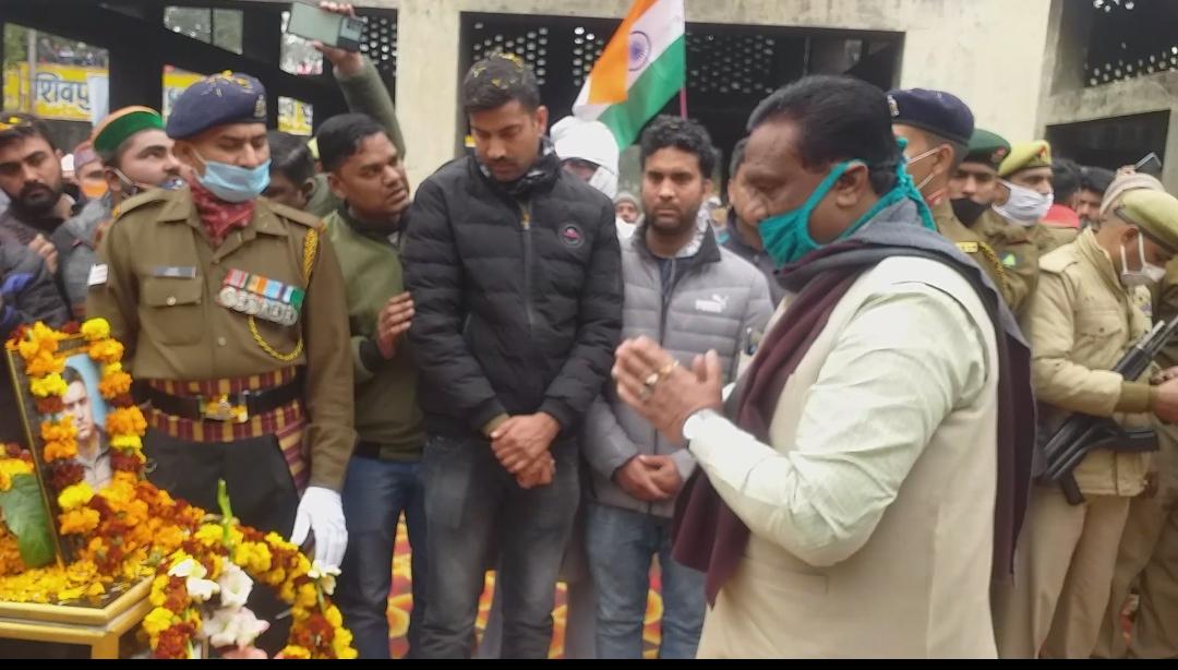 शहीद निशांत शर्मा को श्रद्धांजलि देने उनके अंतिम दर्शन करने उनके आवास पर पहुँचे। पुलिस प्रशासनिक अधिकारी, जिलाधिकारी और वरिष्ठ पुलिस अधीक्षक भी मौजूद रहे।   #MartyrNishantSharma #Condolences #Proud  #DharamSinghSaini #Saharanpur