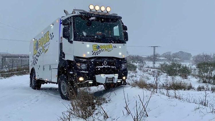 Comenzamos la semana con este espectacular #RenaultTrucks K de @GruasBosque que ha podido demostrar su potencia y robustez en estos complicados días de temporal  💪🏼💪🏼💪🏼❄️❄️  #GamaK #puedecontodo #temporal #nieve #grua #asistencia #madrid