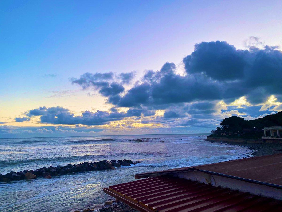 Ieri al tramonto gran #surf  in compagnia di amici. #magicmoment #goodmoment #sunset #share