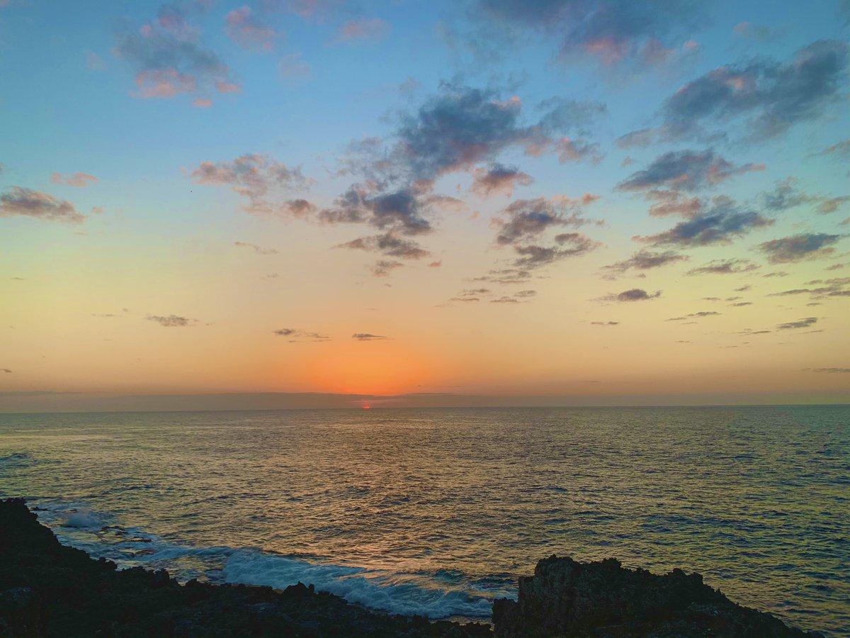 今日の夕陽最高でございました🥺 綺麗な夕陽が1日の終わりに見れたらなんもなかった日もいい日だったなぁ、今日も一日ありがとうございました☺️って気持ちになれる🥺 earth 0を感じれる島、南大東島です💓 #南大東島 #月桃ムーンピーチ #夕陽 #sunset #earth