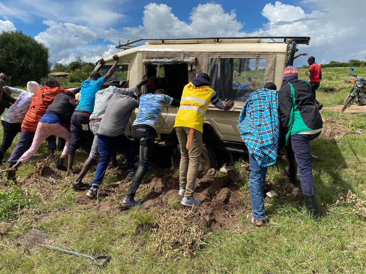 Stuck in the Mud? It's the rainy season in Kenya, but that doesn't stop us from continuing to provide #food provisions to so many families in the #Maasai Mara. This is an example of our community rallying together to combat the effects of #COVID19 #MondayMotivation https://t.co/t1gYd7eZtk