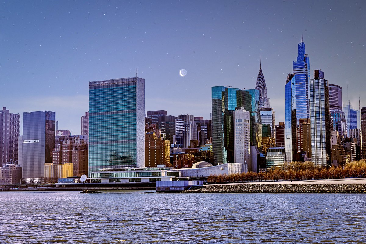 Happy #MondayMorning!  Enjoy a beautiful view the 🗽#Manhattan skyline & #UNHQ🇺🇳 with the 39-story Secretariat, Conference Building & the General Assembly Building.  Personalize your learning experience & book a Virtual Tour with one of our multilingual Tour Guides!  📷#VisitUN