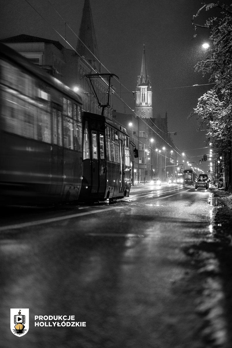 Łódzki zimowy czarno-biały kadr na wieczór!📸🌨🚋 #Łódź #photooftheday #nightphotography @Miasto_Lodz  BTW Polubcie nasz drugi facebookowy fanpage tu: