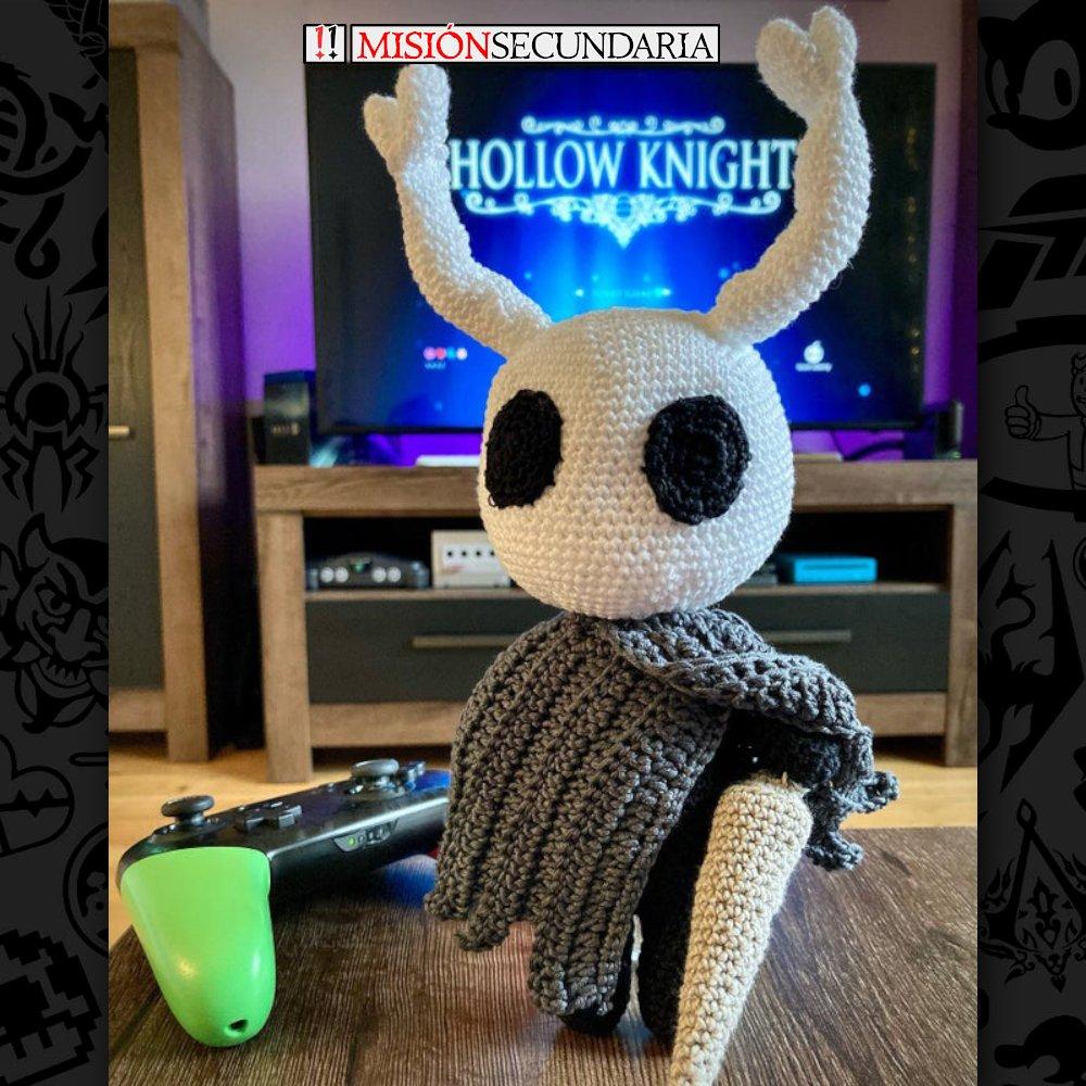 Una muestra de artesanía gamer preciosa... O un muñeco vudú perfecto para cuando no dejas de morir en Hollow Knight 🤩  Credit: paulina0501 en Reddit.  #juegos #videojuegos #humor #gaming #gamer #videogames #funny #meme #consolas #pc #hollowknight #croche #artesanal #hechoamano