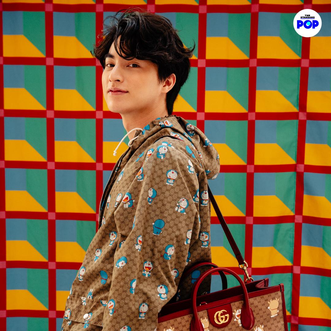 กลัฟ คณาวุฒิ ที่งานเปิดตัวป๊อปอัพสโตร์คอลเล็กชันพิเศษ #DoraemonxGucci ณ ไอคอนสยาม ซึ่งได้แรงบันดาลใจจากบ้านสไตล์ญี่ปุ่นของโนบิตะ และทำมาต้อนรับเทศกาลตรุษจีนที่กำลังจะมาถึง  ภาพ: วรรษมน ไตรยศักดา  #Gucci #Gulfkanawut  #taytawanfc #tawan_v #newwiee #TayNew  #TheStandardPop